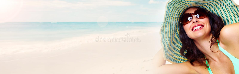 Mujer que toma el sol en la playa fotos de archivo libres de regalías