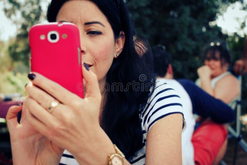 Mujer que toma la imagen con su teléfono celular imágenes de archivo libres de regalías