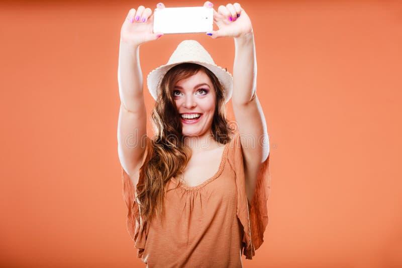 Mujer que toma la imagen del uno mismo con la cámara del smartphone foto de archivo libre de regalías