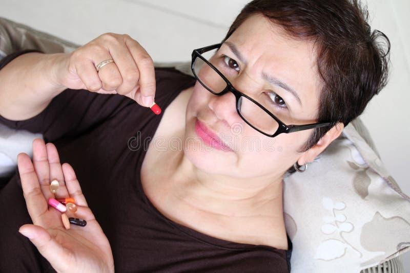 Mujer que toma la medicina imagen de archivo libre de regalías