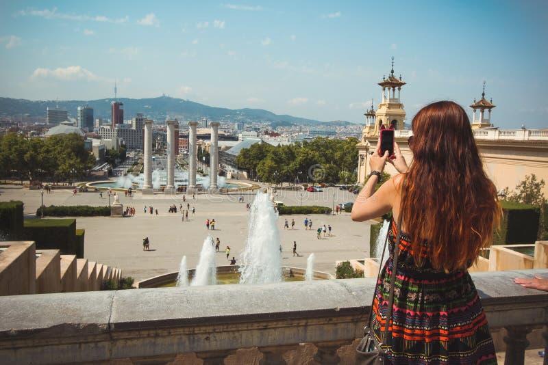 Mujer que toma la montaña del panorama de la foto en Barcelona foto de archivo