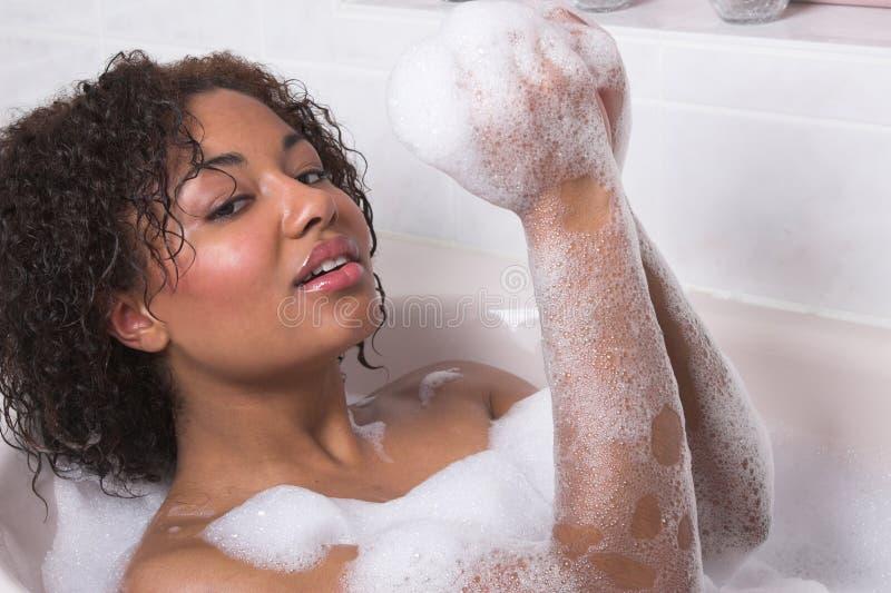 Mujer que toma un baño fotos de archivo