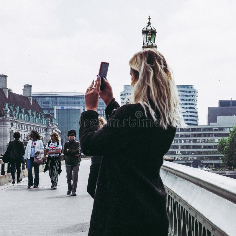 mujer que toma un selfie en Londres fotos de archivo