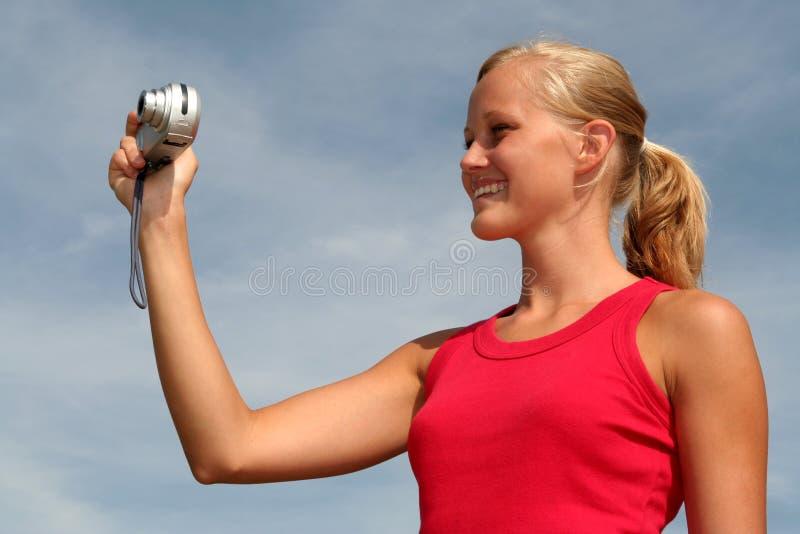 Mujer que toma una foto foto de archivo