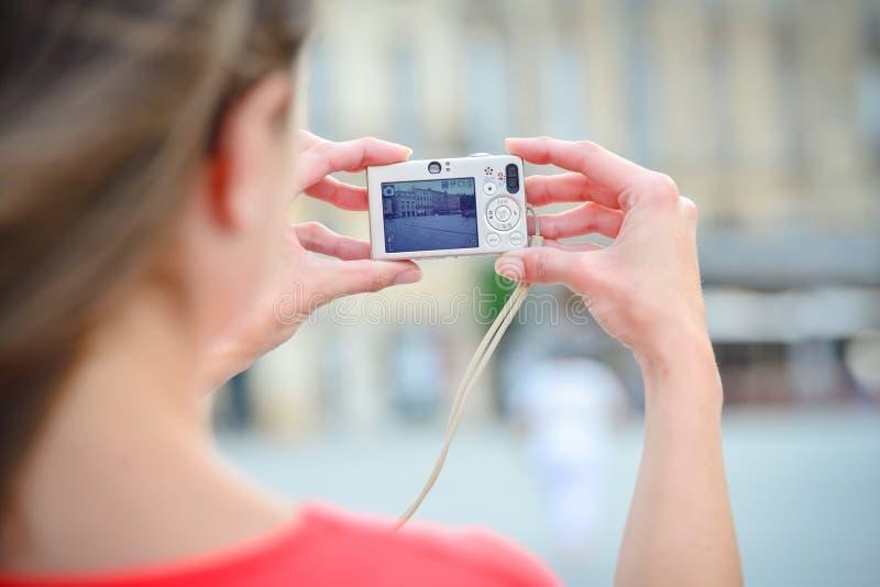 Mujer que toma una foto imagen de archivo libre de regalías