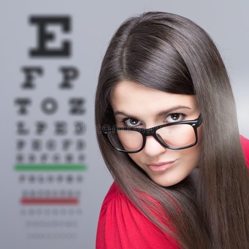 Mujer que toma una prueba de la visión del ojo imágenes de archivo libres de regalías