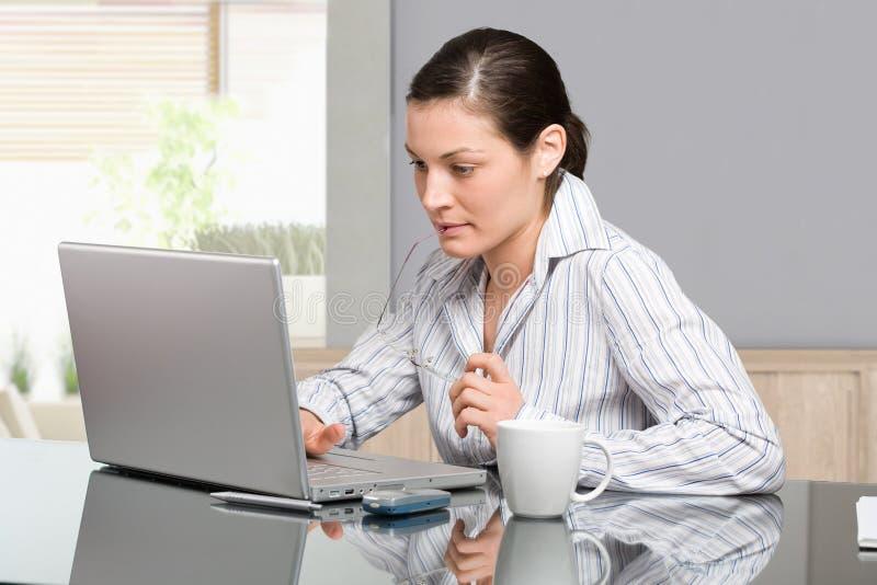 Mujer que trabaja con el ordenador fotos de archivo