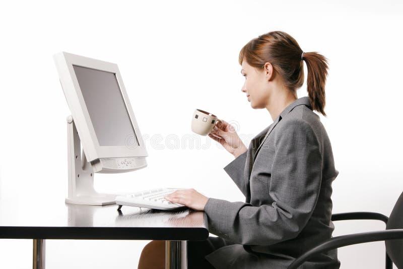 Mujer que trabaja con el ordenador imagenes de archivo