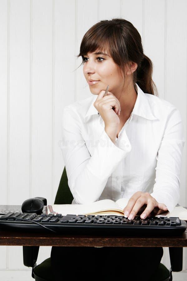 Mujer que trabaja con el ordenador imágenes de archivo libres de regalías