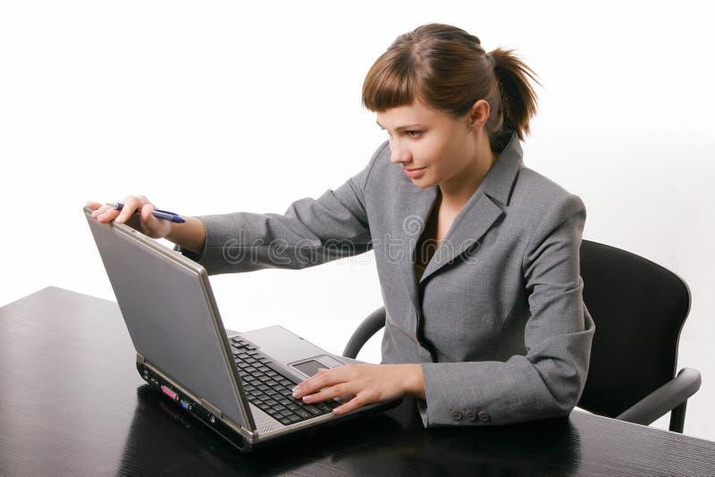 Mujer que trabaja con el ordenador fotografía de archivo libre de regalías