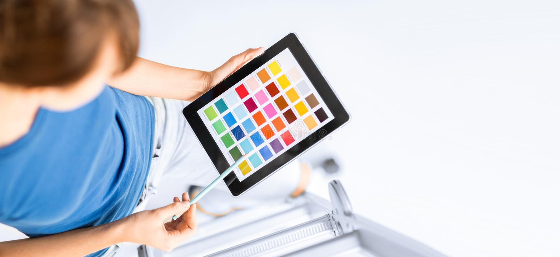 Mujer que trabaja con las muestras del color imagenes de archivo