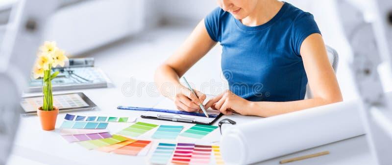 Mujer que trabaja con las muestras del color para la selección foto de archivo