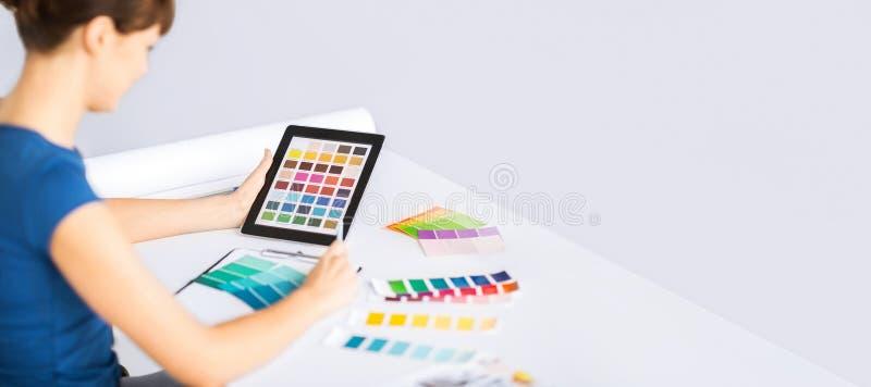 Mujer que trabaja con las muestras del color para la selección foto de archivo libre de regalías