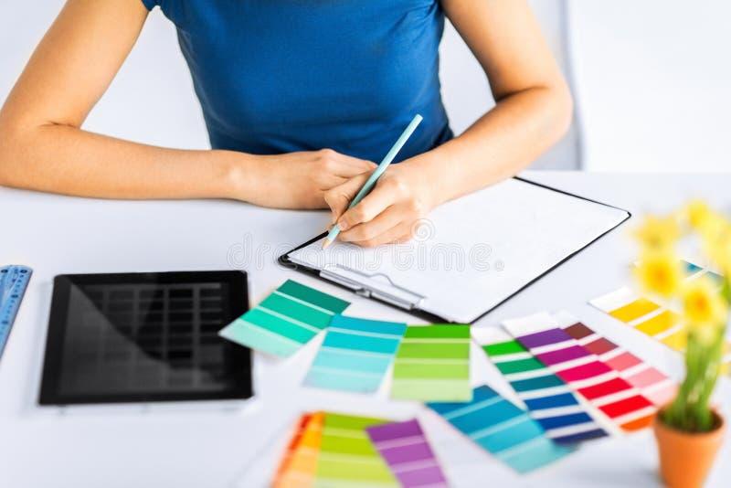 Mujer que trabaja con las muestras del color para la selección imágenes de archivo libres de regalías