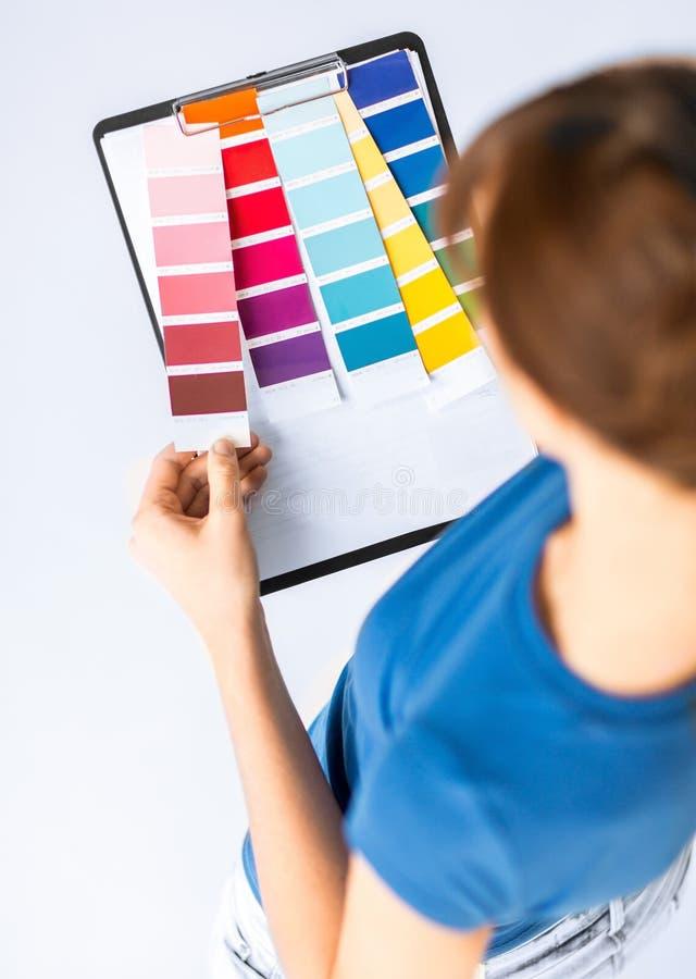 Mujer que trabaja con las muestras del color para la selección fotos de archivo libres de regalías
