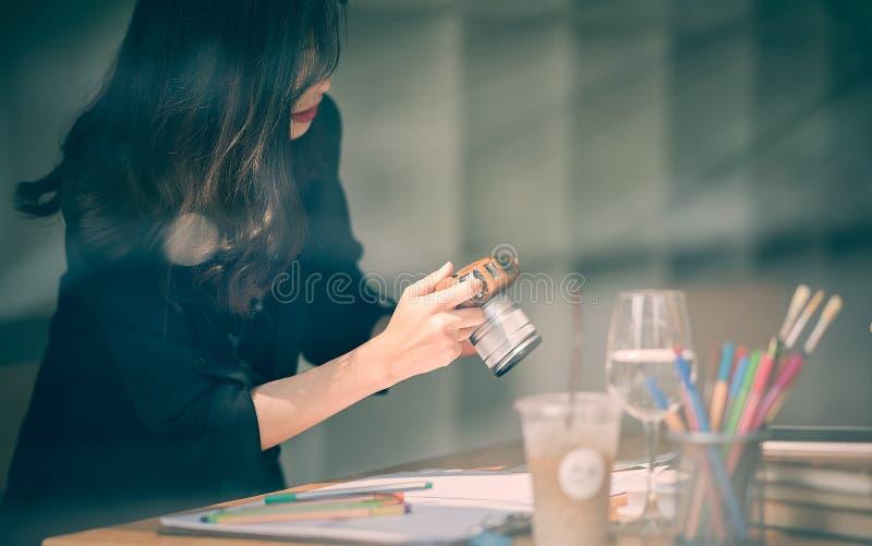 Mujer que trabaja con papeleo y que toma las fotos foto de archivo libre de regalías