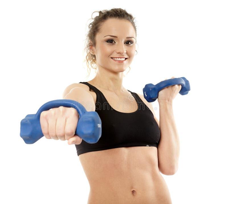 Mujer que trabaja con pesas de gimnasia imágenes de archivo libres de regalías