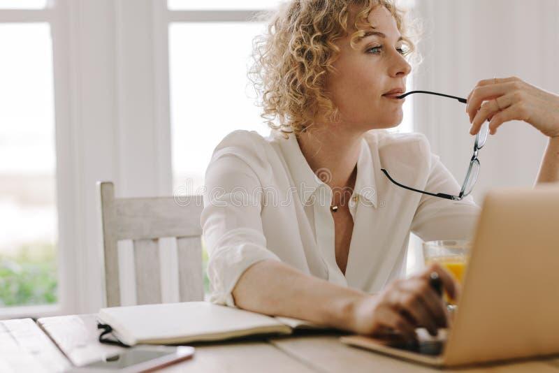 Mujer que trabaja de hogar imagen de archivo libre de regalías