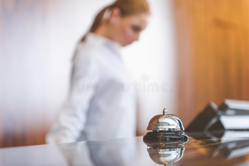 Mujer que trabaja detrás del mostrador de recepción fotografía de archivo libre de regalías