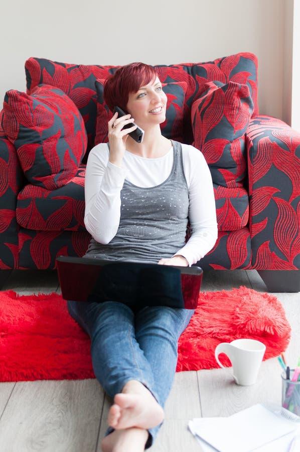 Mujer que trabaja en el hogar contemporáneo imagenes de archivo