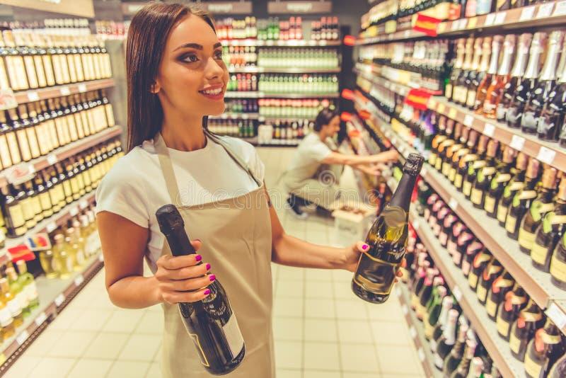 Mujer que trabaja en el supermercado imagenes de archivo