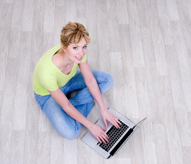 Mujer que trabaja en la computadora portátil imágenes de archivo libres de regalías