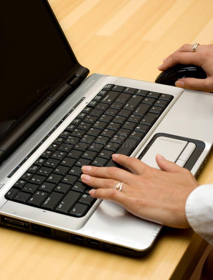 Mujer que trabaja en la computadora portátil. imágenes de archivo libres de regalías