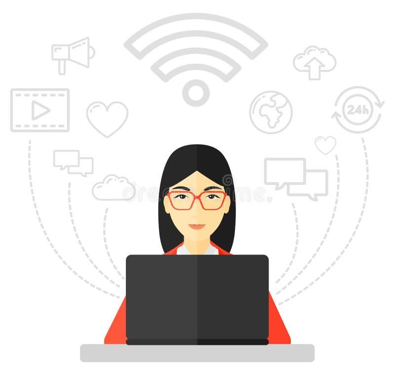 Mujer que trabaja en la computadora portátil libre illustration
