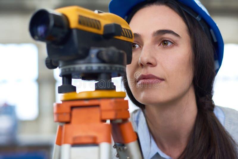 Mujer que trabaja en la encuesta sobre la construcción fotografía de archivo