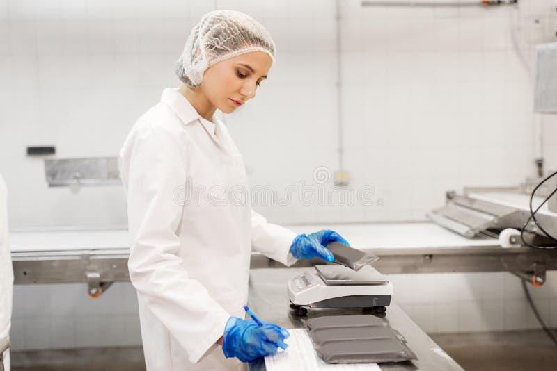 Mujer que trabaja en la fábrica del helado fotografía de archivo libre de regalías
