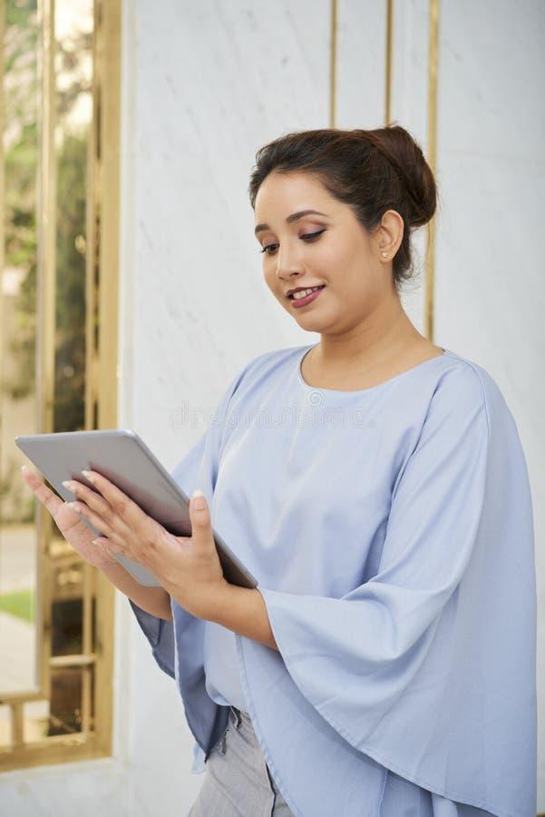 Mujer que trabaja en la PC de la tablilla foto de archivo libre de regalías