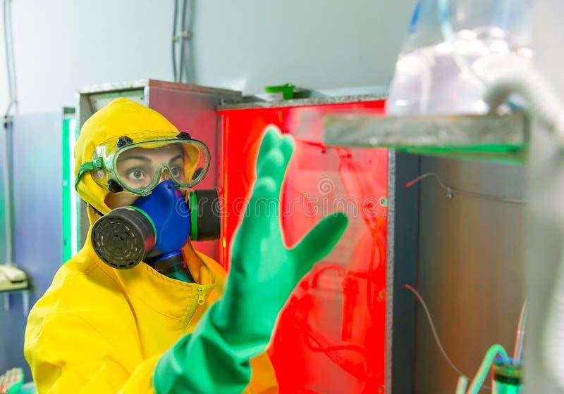 Mujer que trabaja en laboratorio químico imágenes de archivo libres de regalías