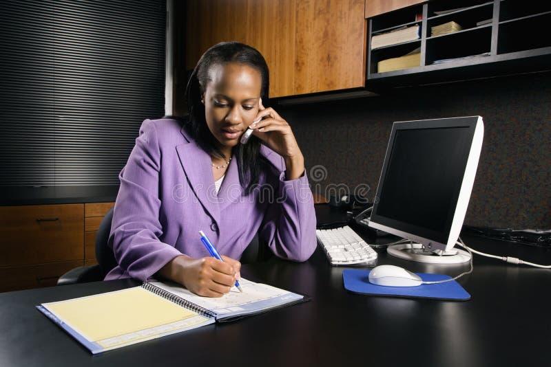Mujer que trabaja en oficina foto de archivo libre de regalías