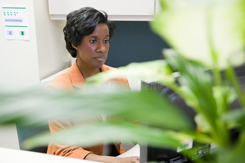 Mujer que trabaja en oficina fotografía de archivo libre de regalías