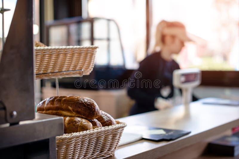 Mujer que trabaja en panadería foto de archivo libre de regalías