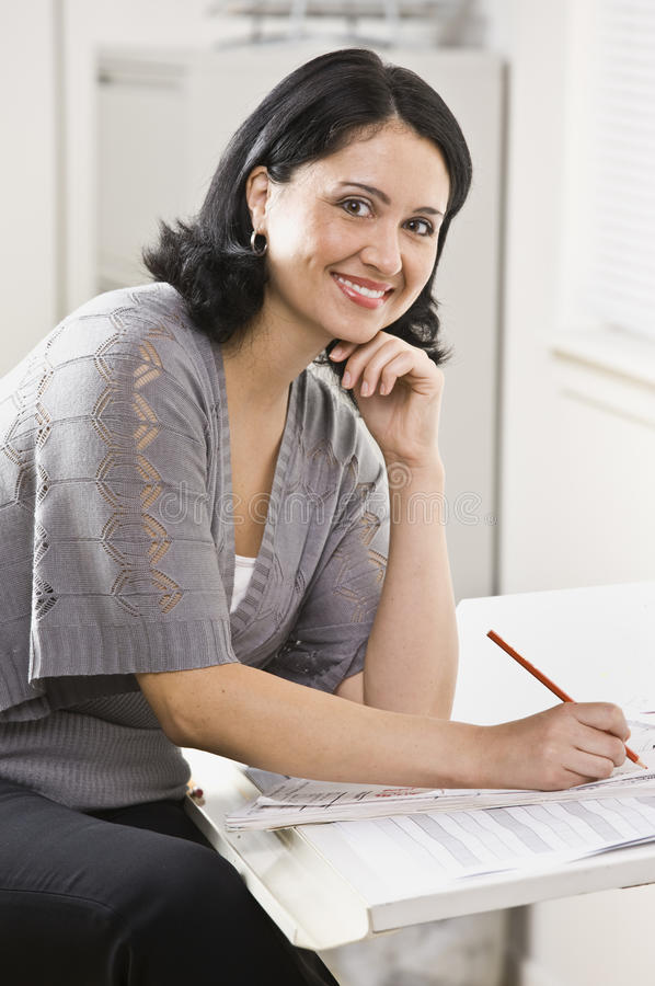 Mujer que trabaja en papeleo imagen de archivo