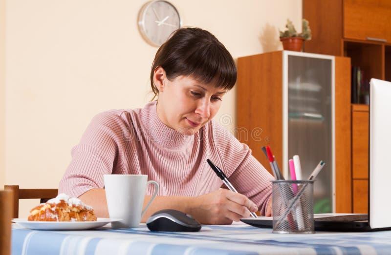 Mujer que trabaja en un ordenador portátil fotos de archivo libres de regalías