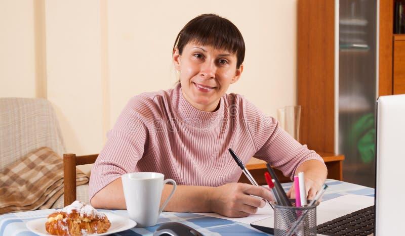 Mujer que trabaja en un ordenador portátil fotos de archivo