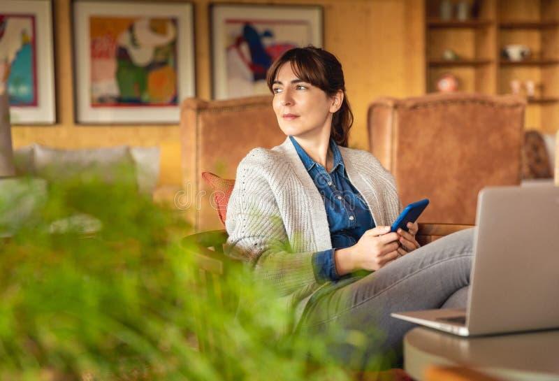 Mujer que trabaja en una computadora port?til imagen de archivo libre de regalías