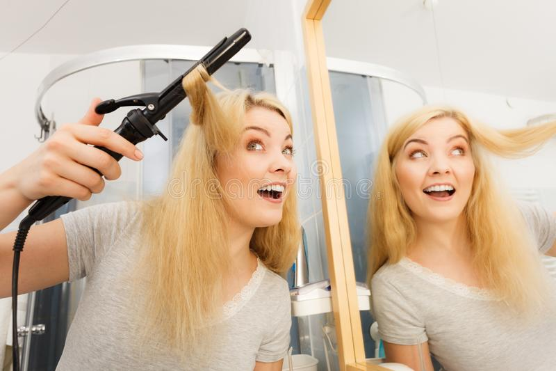 Mujer que usa el bigudí de pelo foto de archivo libre de regalías