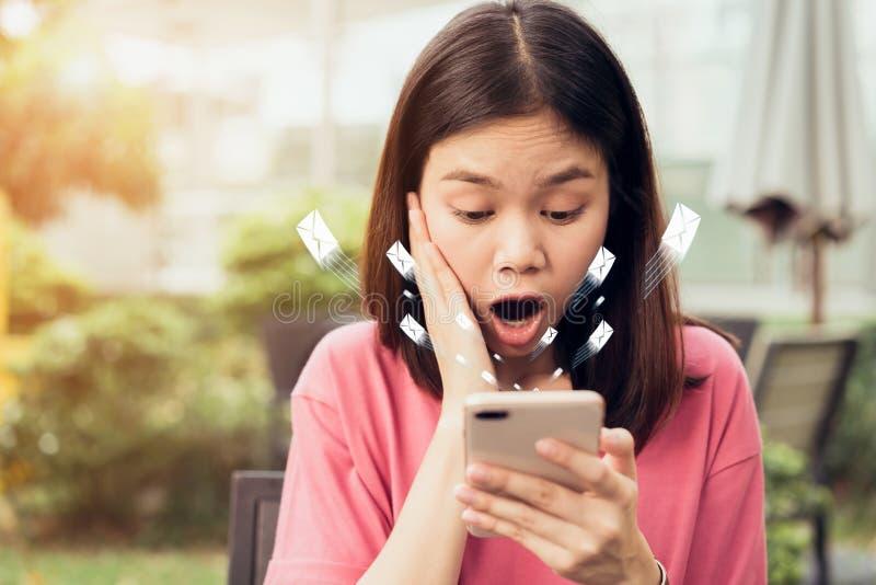 Mujer que usa el correo electrónico social del icono del smartphone y de la demostración, concepto de comunicación y de trabajo e imagen de archivo libre de regalías