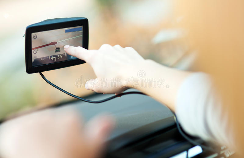 Mujer que usa el GPS en coche imagen de archivo