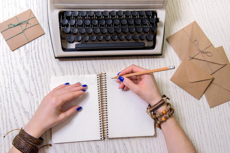 Mujer que usa el lápiz para escribir fotos de archivo libres de regalías