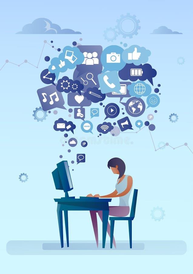 Mujer que usa el ordenador con la burbuja de la charla del medios concepto social de la comunicación de la red de los iconos libre illustration