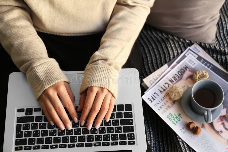 Mujer que usa el ordenador portátil en casa, primer fotos de archivo