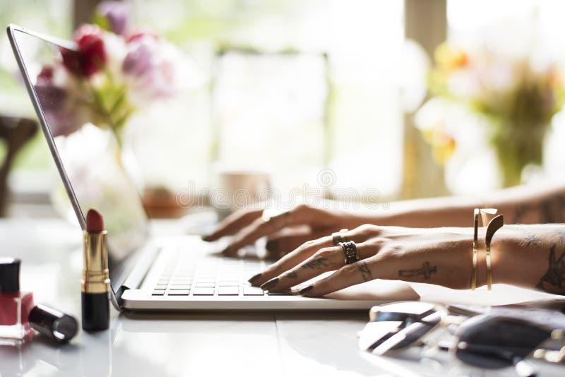 Mujer que usa el ordenador portátil que practica surf la tienda en línea fotos de archivo libres de regalías