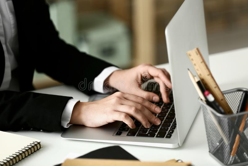 Mujer que usa el ordenador port?til en la tabla Concepto de estudio imagenes de archivo