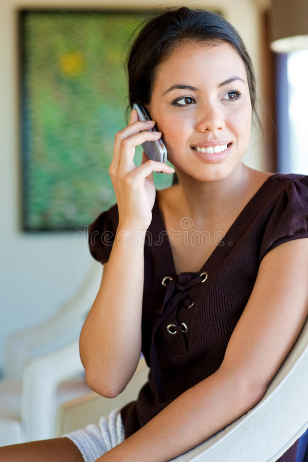 Mujer que usa el teléfono imagenes de archivo