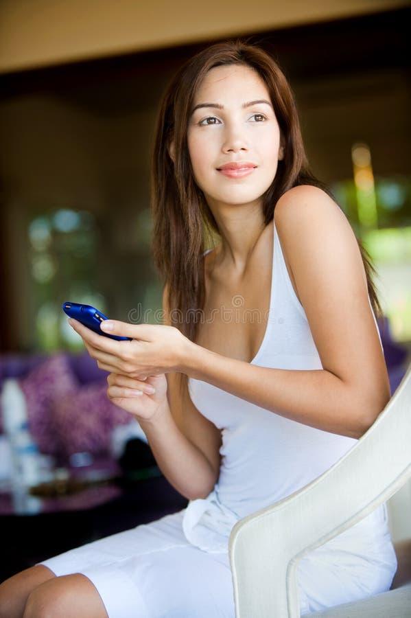 Mujer que usa el teléfono foto de archivo