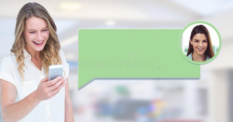 Mujer que usa el teléfono con perfil de la mensajería de la burbuja de la charla imagen de archivo